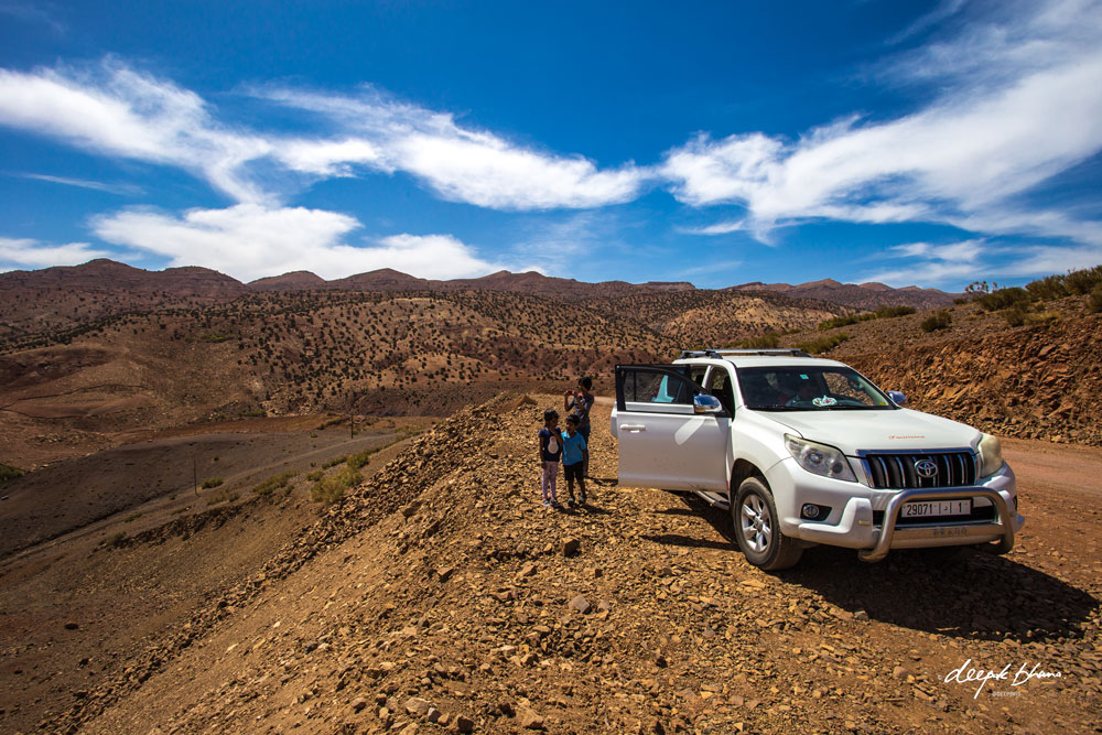 todayfarer-family-Morocco-tour-4x4-side-of-road